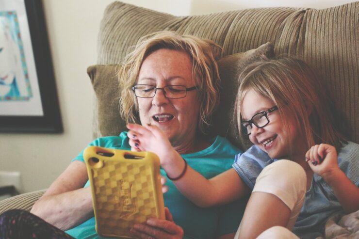 UI UX design for elderly helps old women use tablet