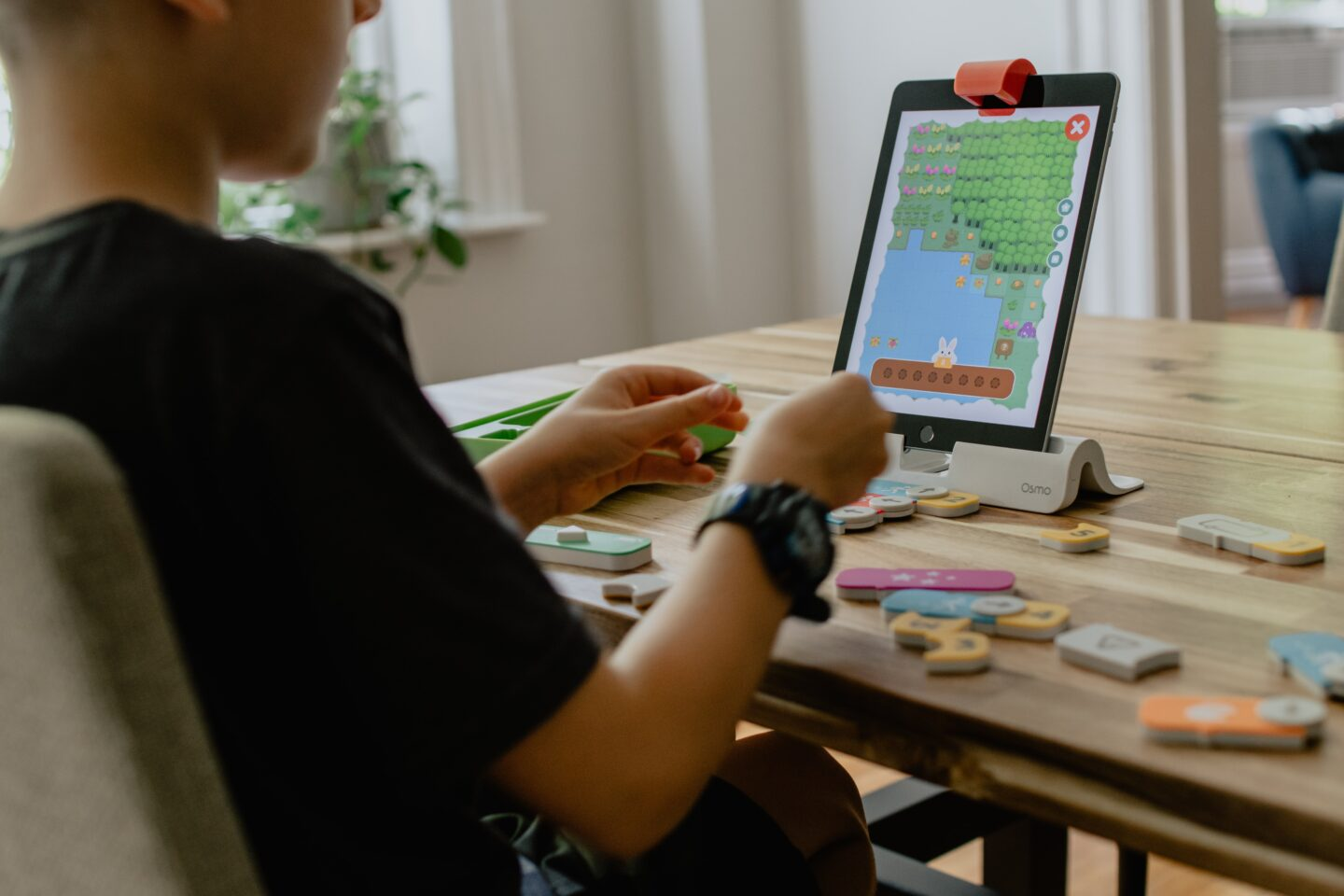 A kid use tablet PC to code with Scratch